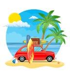 Reiseauto mit Surfbrett und Koffern Lizenzfreies Stockfoto