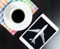 Reisebüro Internet-Anmeldung auf Tablet in einer Kaffeestube lizenzfreie stockbilder
