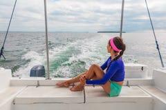 Reisebootsexkursionsausflug-Frauentourist, der auf Plattform des Motorbootkatamaransommers sich entspannt stockbild