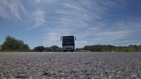 Reisebus, der über Kamera überschreitet stock video footage
