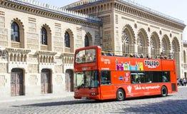Reisebus an der Bahnstation in Toledo, Spanien Lizenzfreies Stockfoto