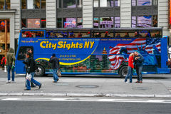 Reisebus im Times Square New York City Stockbilder