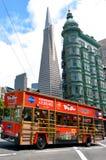 Reisebus in San Francisco-Finanzbezirk, CA Lizenzfreies Stockfoto