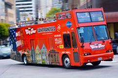Reisebus in San Francisco-Finanzbezirk, CA Stockbilder