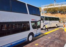Reisebusse, die offene Plattform-Autofähre, Kefalonia, Griechenland ausschiffen lizenzfreie stockfotografie