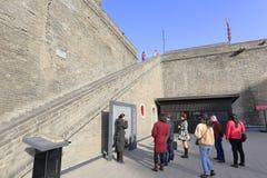 Reiseführer führen die alte Stadt von Xian zu den Besuchern ein Stockfotos