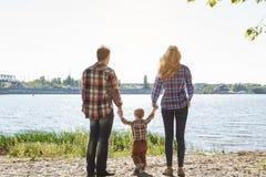 Reisefamilienreise machen zusammen sich entspannen draußen Urlaub Stockbilder