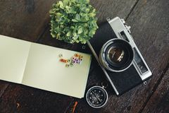Reisefeiertags-Konzepthintergrund Weinlese Kamera, Kompass und g Lizenzfreie Stockfotos