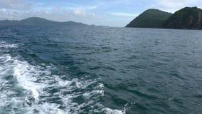 reiseflug Ansicht über Wellen von Meer vom Schnellboot stock video