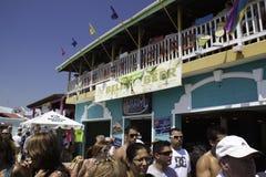 Reiseflug-Touristen, die in der Belize-Stadt, Belize Partying sind Stockbilder