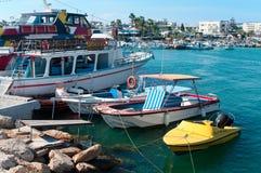 Reiseflug und Segelnlieferungen im Agia-Napa Hafen Lizenzfreie Stockbilder