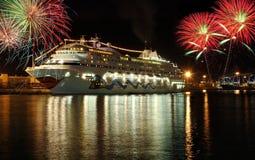 Reiseflugboot nachts mit Feuerwerken Lizenzfreie Stockfotos