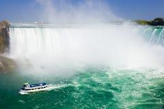 Reiseflugdurchlauf Niagara Falls des touristischen Bootes Stockbild