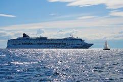 Reiseflugzwischenlage und eine kleine Yacht Lizenzfreie Stockfotos