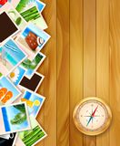 Reisefotos und -kompaß auf hölzernem Hintergrund. Stockfoto
