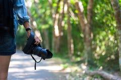 Reisefrauenhand, die Kamera hält Stockbilder