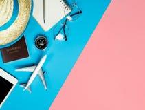 Reisegegenstände und Draufsicht der Geräte flatlay auf blauem gelbem Rosa lizenzfreies stockbild