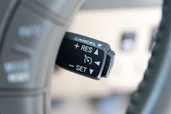 Reisegeschwindigkeitskontrollenknöpfe auf modernem Auto Lizenzfreies Stockbild