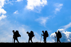 Reisegesellschaft mit Rucksäcken auf Berg lizenzfreies stockfoto