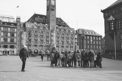 Reisegruppe durch KopenhagenRathaus Stockbild