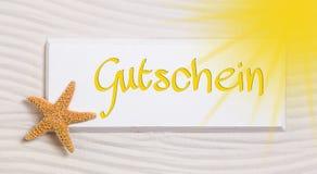 Reisegutschein mit dem deutschen Wort für einen Gutschein Lizenzfreie Stockfotos