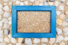Reisehintergrund mit Rahmen auf Sand Lizenzfreies Stockbild