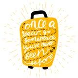 Reiseinspirationszitate auf Kofferschattenbild Einmal jährlich irgendwo gehen Sie sind gewesen nie vorher Motivation für Lizenzfreies Stockbild