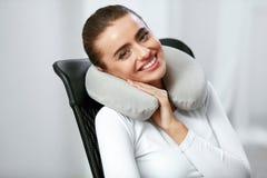 Reisekissen Frau mit Kissen auf Hals lizenzfreie stockbilder