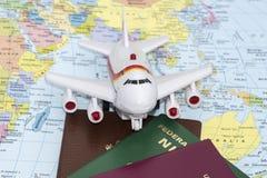 Reisekonzept, Flugzeug auf der Karte Lizenzfreies Stockfoto