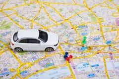 Reisekonzept. kleines Auto auf London-Stadtplan Lizenzfreie Stockfotografie