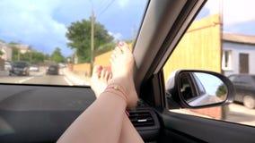 Reisekonzept mit Bequemlichkeit - weibliche Beine auf Autoplatte Windschutzscheiben-Fenster und weibliche Beine mit Pediküre und stock video footage