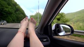 Reisekonzept mit Bequemlichkeit - weibliche Beine auf Autoplatte Windschutzscheiben-Fenster und weibliche Beine mit Pediküre und stock video