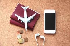 Reisekonzept mit Pässen, Fläche, Telefon und Kopfhörer Beschneidungspfad eingeschlossen Flache Lage lizenzfreies stockfoto