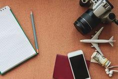 Reisekonzept mit Pass, Fläche, Telefon, Kamera, Geld, Bleistift, Notizbuch und Kopfhörer Beschneidungspfad eingeschlossen Flache  lizenzfreie stockfotos