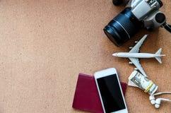 Reisekonzept mit Pass, Fläche, Telefon, Kamera, Geld und Kopfhörer Beschneidungspfad eingeschlossen Flache Lage stockfoto