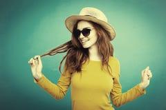 Reisekonzept - rotes Haarmädchen des nahen hohen Ingwers des Porträts jungen schönen attraktiven mit modischem Hut und dem Lächel lizenzfreie stockfotos