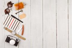 Reisekonzept - Satz kühles Material mit Kamera und andere Sachen auf Holztisch Lizenzfreie Stockbilder