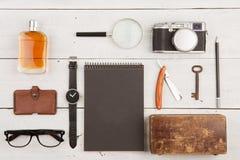 Reisekonzept - Satz kühles Material mit Kamera und andere Sachen auf Holztisch lizenzfreies stockbild