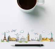 Reisemarksteine mit Tasse Kaffee und Stift Stockfoto