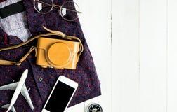Reisemode-accessoires auf weißem Holz Stockbilder