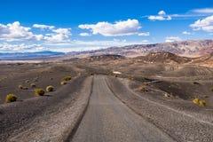 Reisen auf eine Staubstraße durch ein entlegenes Gebiet Nationalparks Death Valley; Ubehebe-Kraterbereich im Hintergrund; stockbild