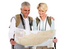 Reisen der Paartouristenkarte Stockbild