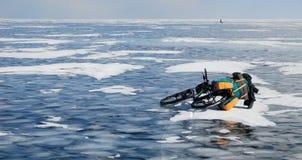 Reisen des Fahrrades auf dem gefrorenen See Lizenzfreie Stockfotos