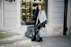 Reisen die alte Stadt Reisen einer jungen Frau Marktquadrat in Warschau Gelocktes Mädchen geht durch die Straßen der Stadt stockfoto