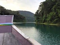 Reisen mit dem Boot im Fluss mit schönen Seeinselansichten lizenzfreie stockbilder