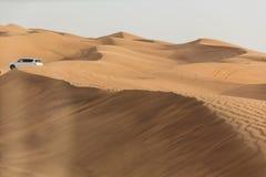 Reisen Sie in den Dünen-Sand durch 4x4 weg von der Straße bei Dubai Lizenzfreie Stockfotografie