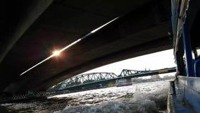 Reisen Sie mit dem Boot in Thailand, Sonnenuntergangkreuzfahrt auf Chao Phraya River, Flussansicht-Bootsfahrt unter der Brücke, F stock footage