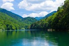 Reisen Sie in Montenegro-Reihe - Ansicht von schönem schwarzem See, Durmitor Stockfotografie