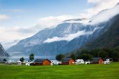 Reisen Sie nach Norwegen auf einem Anhänger, das Kampieren, Haupt auf Rädern Lizenzfreie Stockfotos