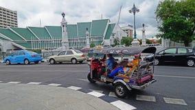 Reisen Sie in Tuk Tuk entlang Makkawan Rungsan Brücke und Vereinter Nationen Errichten Lizenzfreies Stockfoto